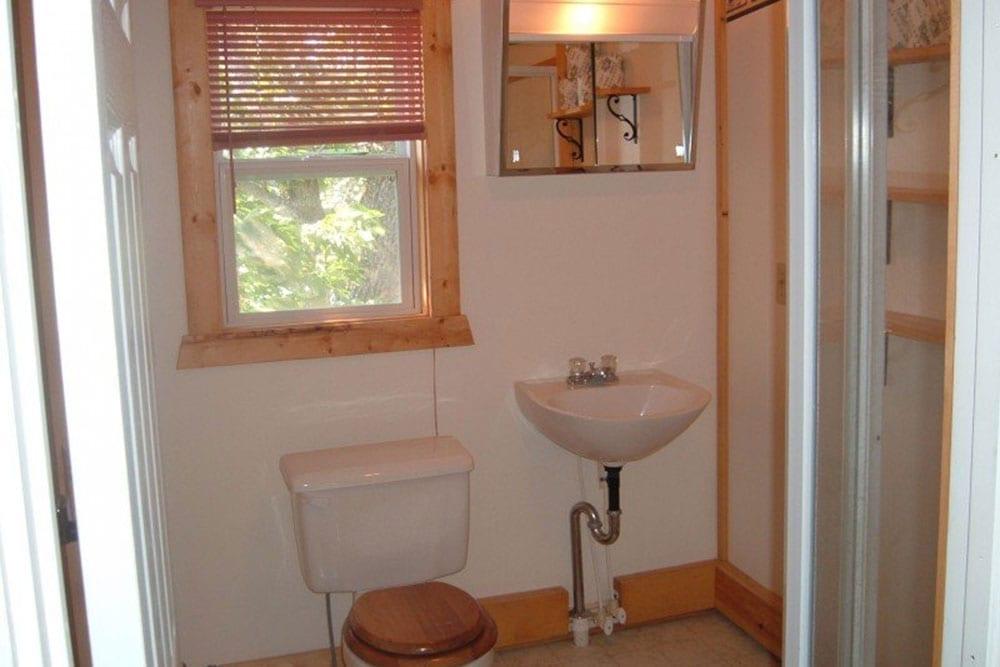 Cabin bathroom Everett Bay Lodge
